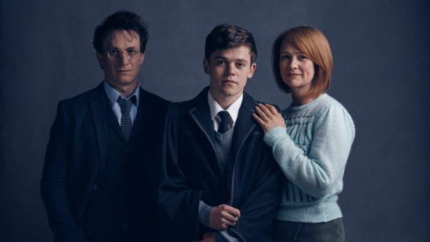 Jamie Parker como Harry, Sam Clemmett como Albus y Poppy Miller como Ginny. <a href=