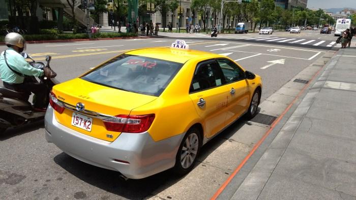 Un taxi a la luz del día.