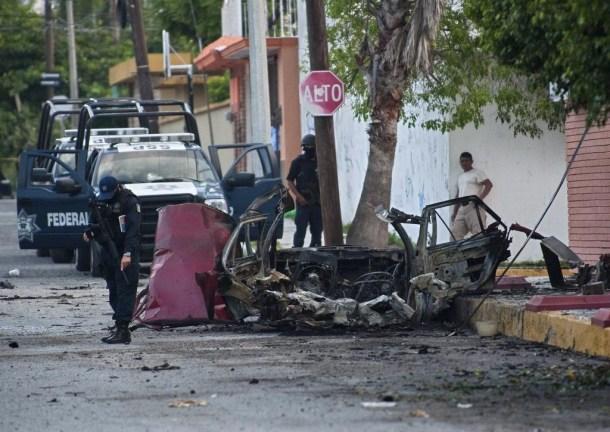 Violencia callejera en Mexico 02 coche incendiado
