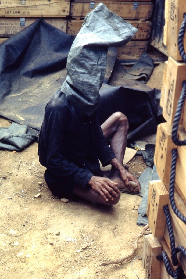 Jay Arthurs . Un soldado capturado de la Viet Cong, esperando para ser interrogado.