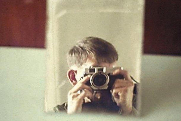 Richard Lynghoug jugando con su nueva cámara.