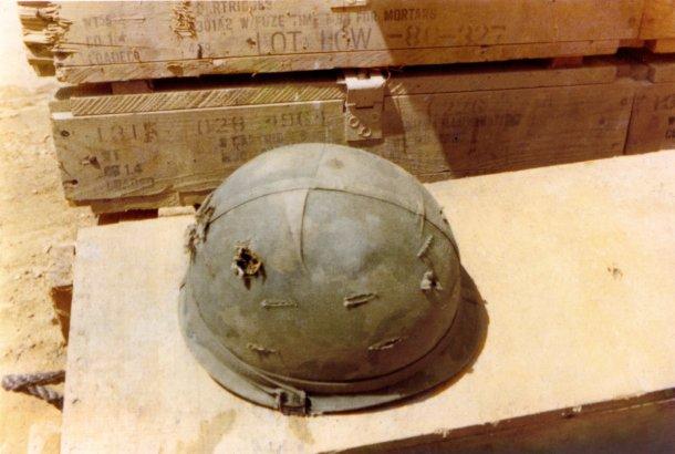 Merle Elliott. El casco del fotógrafo con dos agujeros de bala.
