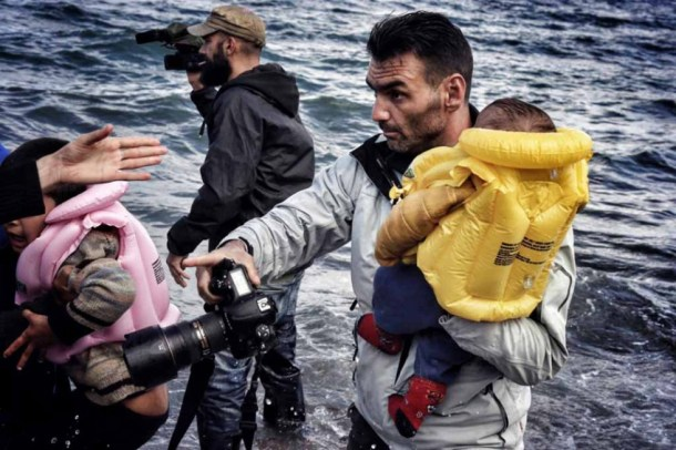 Aquí lo vemos cargando a un niño en brazos.