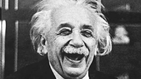 Por ejemplo: Einstein ya murió, pero esto no le impide trollearnos con sus teorías, desde más allá del tiempo y el espacio.