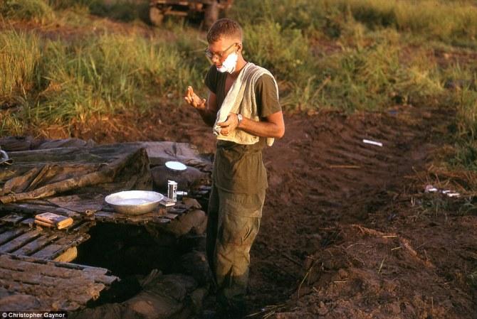 Dick Jackson, otro amigo del autor de la imagen, afeitándose en el campamento base. También murió poco después en combate. Imagen: Christopher Gaynor.