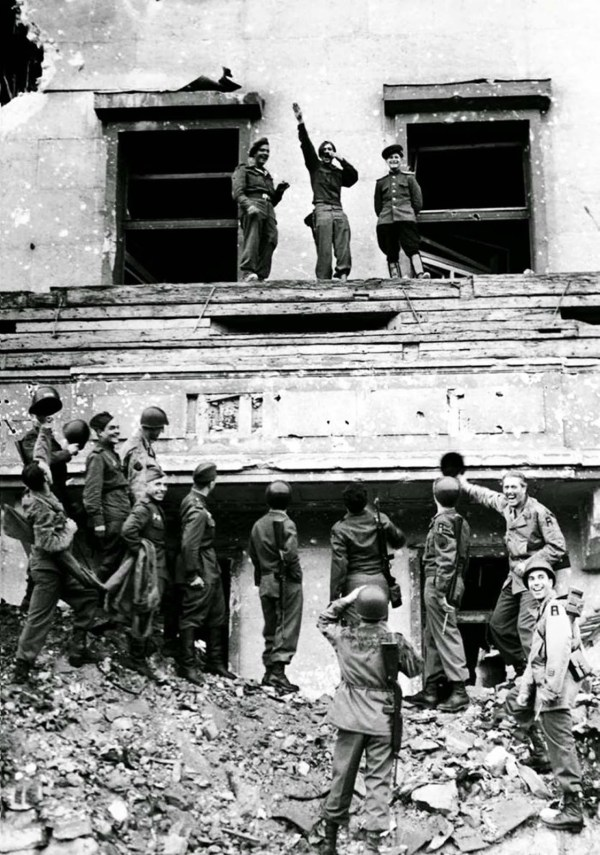 allied_soldiers_mock_hitler_1945_1