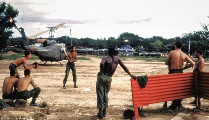 Christopher Gaynor, veterano de la Guerra de Vietnam, descubrió recientemente una colección de fotografías tomadas por él mismo durante el conflicto. En la imagen, miembros de una división de infantería juegan al béisbol en el campamento base de Dau Tieng. Imagen: Christopher Gaynor.