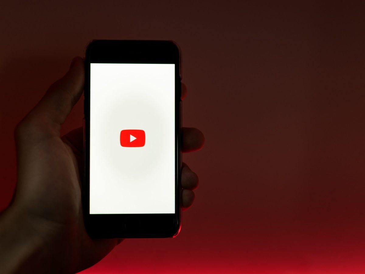Logo de YouTube en un smartphone