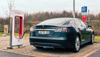 Tesla Model S en un Supercharger