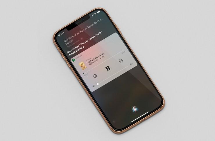 iPhone ejecutando Siri y Spotify
