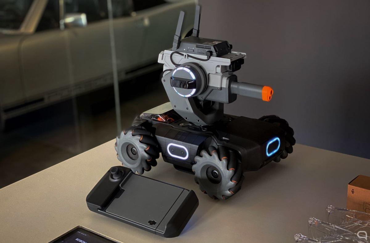 DJI RoboMaster S1 junto a su mando
