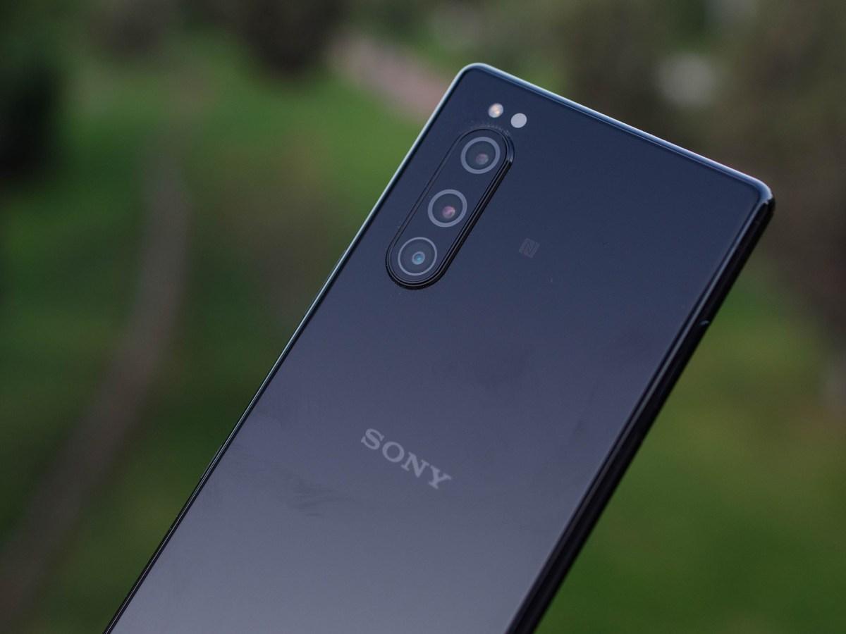 Triple cámara y logo de Sony en el Xperia 5
