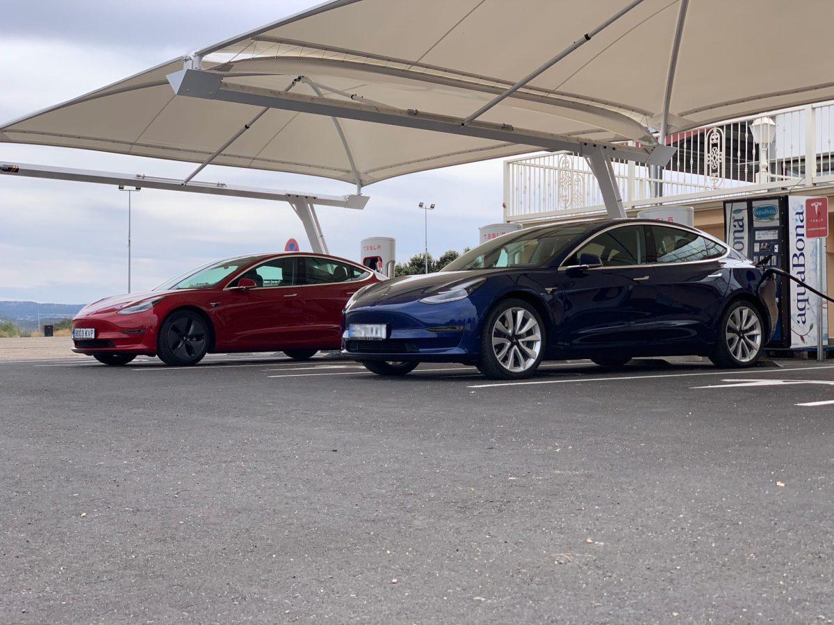 Dos Tesla Model 3 cargando en Almaraz / Foto: Hipertextual
