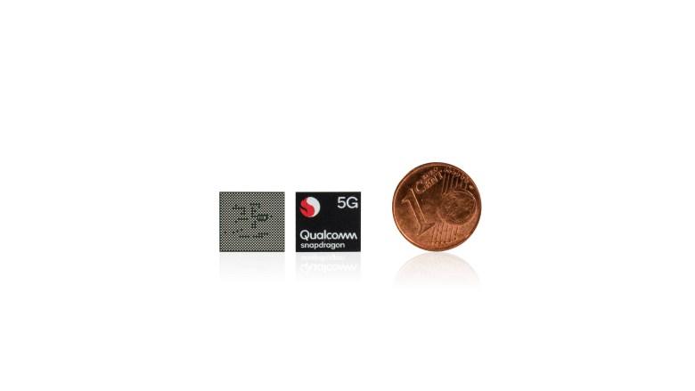 Qualcomm Snapdragon 765G junto a una moneda de un céntimo