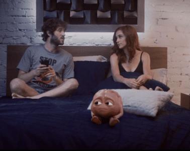 """Lil Dicky sort l'un des clips les plus drôles de l'année pour """"Pillow Talking"""""""
