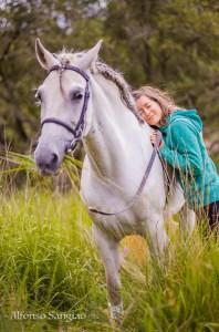 Coaching con caballos y fotografia, mujer abrazada a caballo