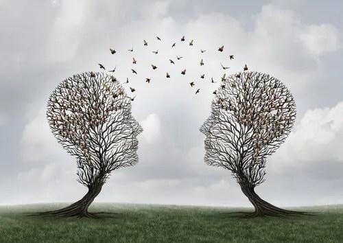 dos árboles con formas de cabezas de personas