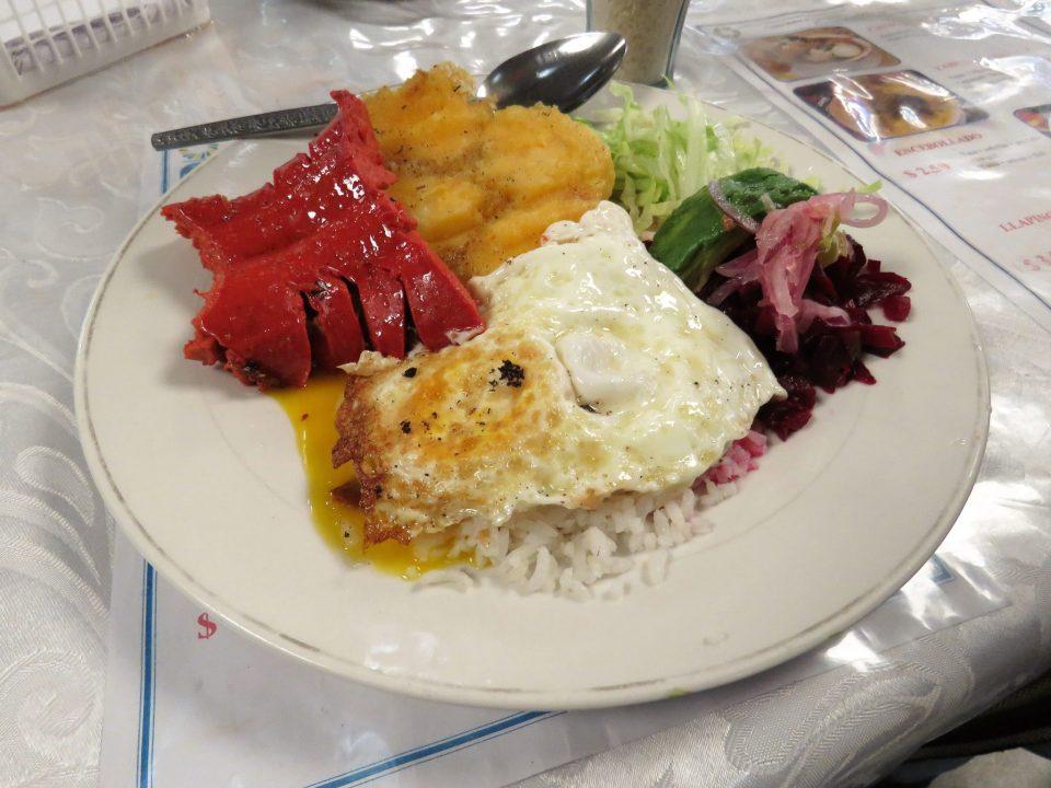 Llapingachos eten in Ecuador