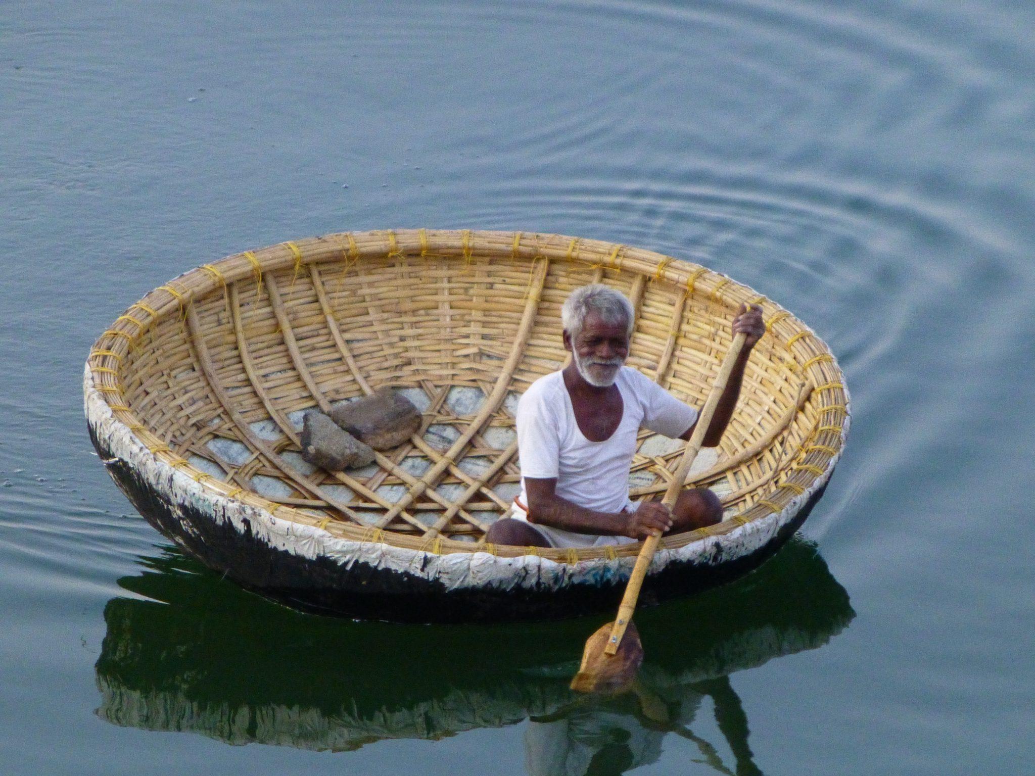 Visser in bootje Hampi India