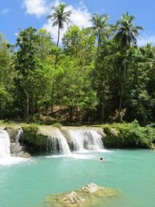 Zwemmen bij watervallen op Siquijor Filipijnen