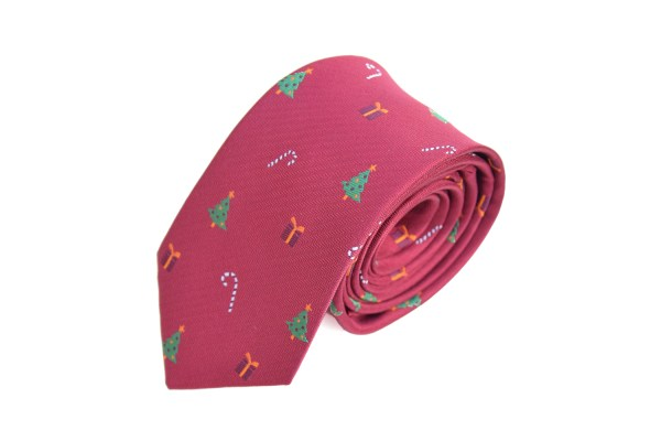 Rode stropdas met kerst als opdruk, zoals kerstbomen, cadeautjes en zuurstokjes.