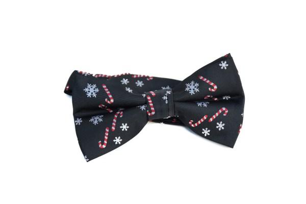 Zwarte strik met een kerstopdruk, zoals sneeuwvlokjes en zuurstokjes.
