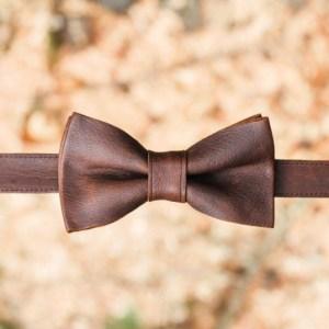 Handgemaakte leren strik van een uniek stuk leer in de kleur bruin.