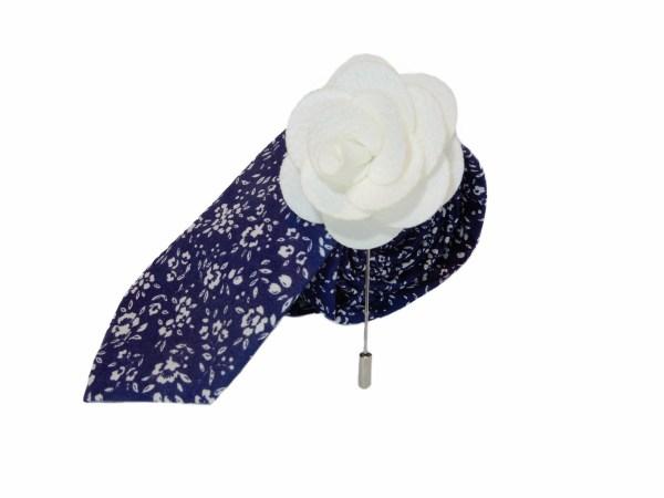 Donkerblauwe stropdas met wit bloemen motief en stoffen witte roos broche