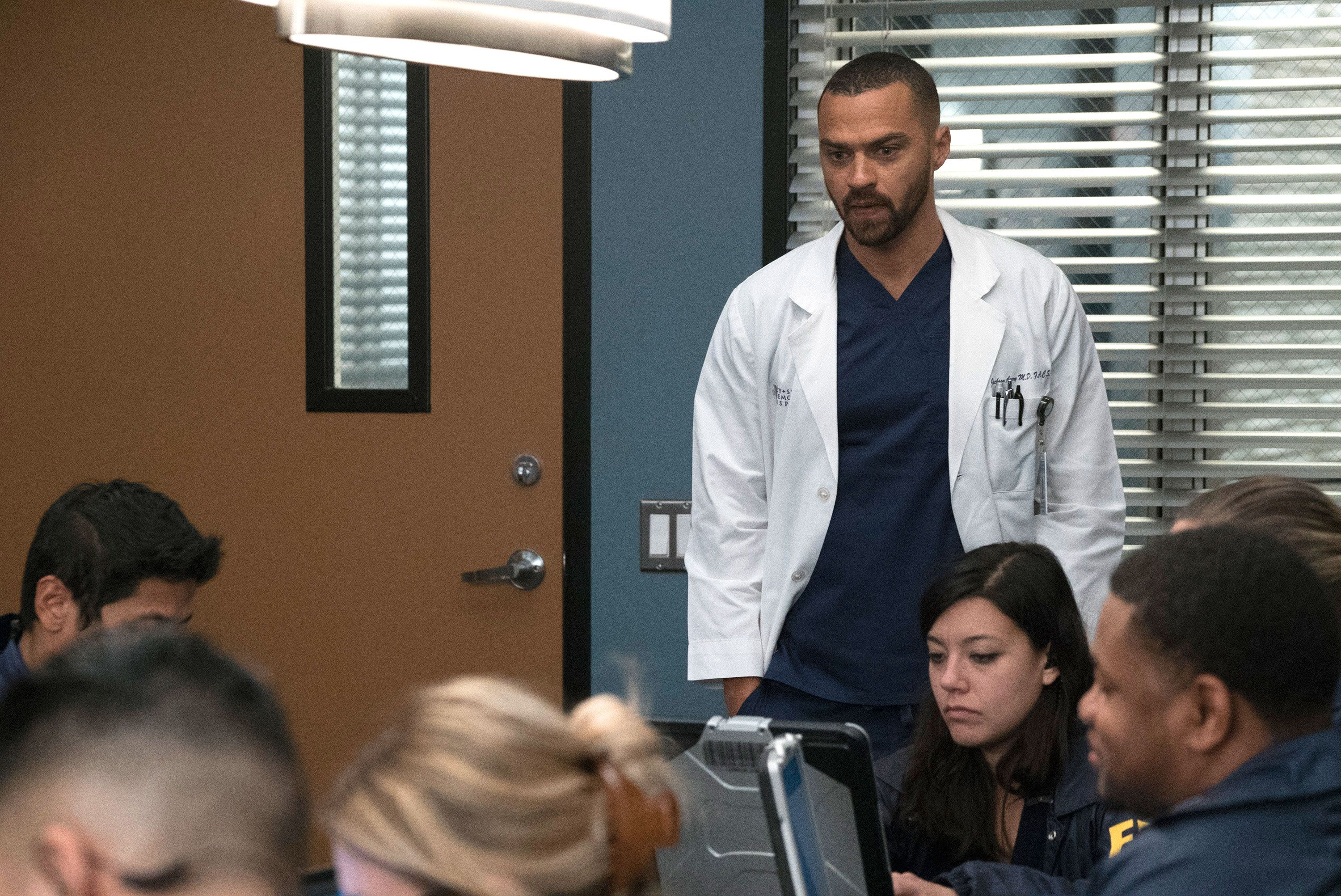 Grey's Anatomy's season 15 finale cliffhanger explained by ...