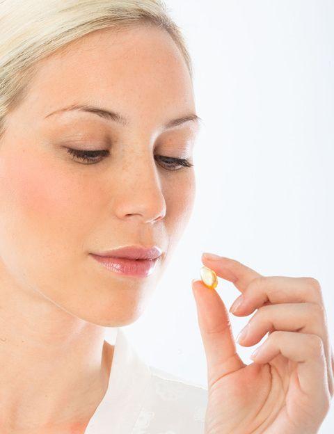 """<p>Los ácidos Omega 3 son <strong>uno de los pilares de los tratamientos antiaging</strong>. Entre ellos destaca el DHA (ácido docosahexaenoico), que actúa nutriendo la piel y es un potente antioxidante cerebral, por lo que también ayuda a conseguir un buen equilibrio psíquico emocional. Resulta muy útil en el tratamiento de los problemas de piel que tienen un componente psicológico, como la psoriasis. Durante el embarazo resulta fundamental para la formación n neurológica del bebé, por lo que se prescribe como suplemento nutricional. <strong>Los ácidos grasos Omega 3 también protegen la piel del daño producido por los rayos UVB</strong>, preservando su juventud. A través de la alimentación puedes obtenerlos comiendo pescado azul, nueces y aguacates, pero a partir de los 40 años se recomienda <strong>tomar suplementos de Omega 3 de forma permanente</strong>, ya que es difícil obtener diariamente la cantidad necesaria a través de la dieta. <strong>Nos gusta</strong>. Oligen, de la marca <a href=""""http://www.mimasa.ifigen.com/"""" target=""""_blank"""">Ifigen</a>, totalmente libre de metales pesados (el riesgo de algunos suplementos de Omega 3 de baja calidad). </p>"""