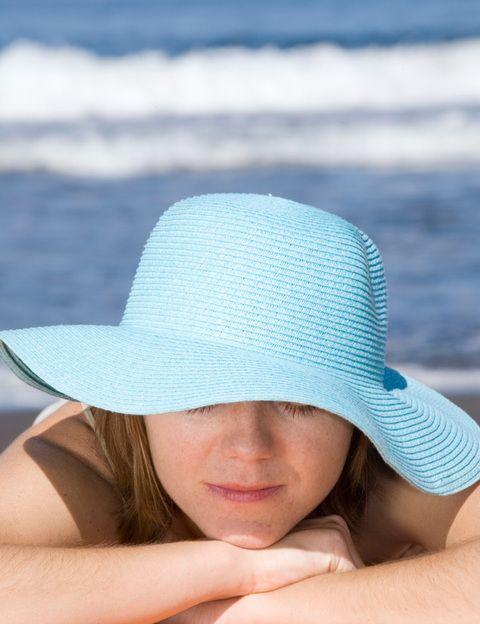 <p>No nos cansamos de repetírtelo: <strong>es lo que más envejece la piel. Las celebrities lo saben bien y evitan el sol</strong>, se protegen siempre con gafas, sombreros y cremas con alto factor de protección. Incluso en invierno, acostúmbrate a utilizar cremas faciales con factor de protección o aplicarte uno ligero antes de salir de casa. <strong>Si no puedes prescindir de un look bronceado o la piel pálida no te favorece</strong>, utiliza un buen autobronceador. Firmas como Kanebo tienen productos como el Bronzing Gel, con factor protector 6 y que te aporta inmediatamente un aspecto ligeramente bronceado muy natural.</p>
