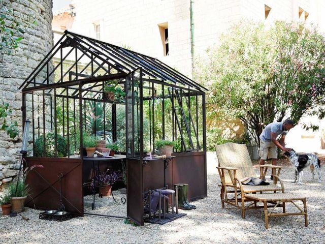 caseta en el jardín para las plantas