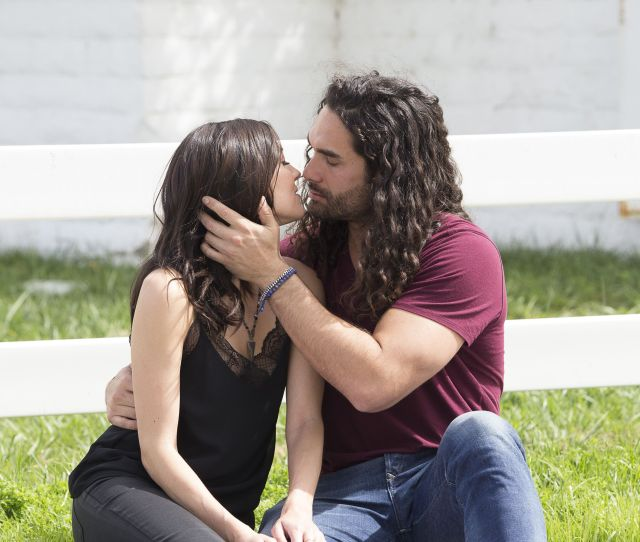 An Expert Analysis Of All The Hot Wild And Downright Weird Kisses On The Bachelorette