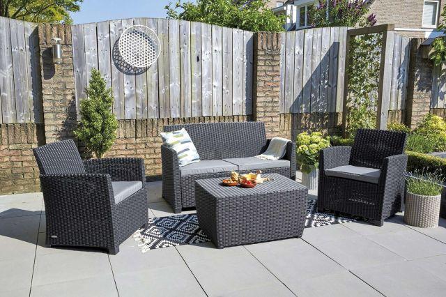 muebles de jardín sofá de resina gris en el jardín