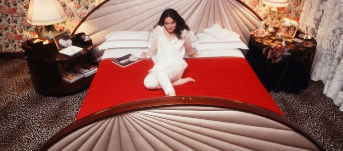 30 Iconic Celebrities In Bed Celebrity Bedrooms