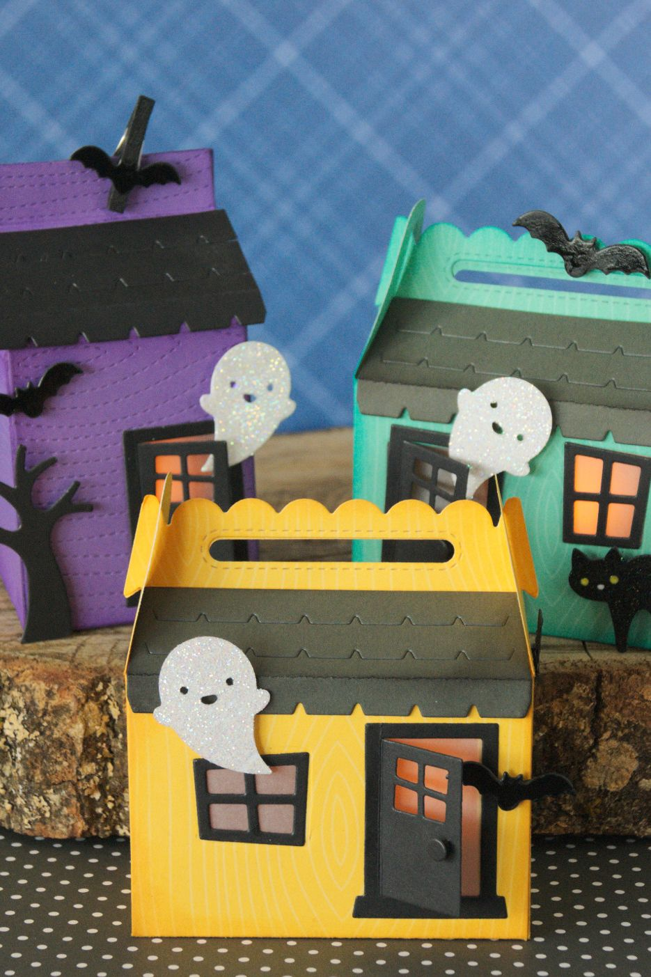 If you've ever visited arts & crafts events, there is no way you've failed to witness the beauty in the craft. 46 Easy Halloween Crafts For Kids Fun Diy Halloween Decorations For Kids To Make