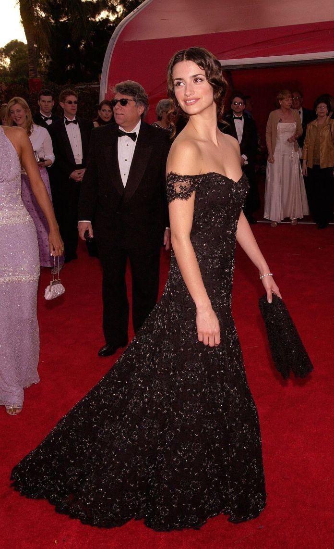 penelope cruz in a black dress at the oscars 2001