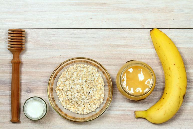 Face mask from oatmeal, yogurt, banana and honey