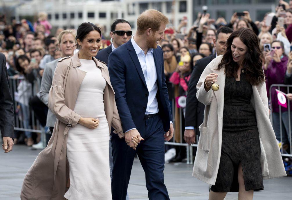 La pose de embarazada de Meghan Markle - El tic que Meghan Markle comparte con otras mamás