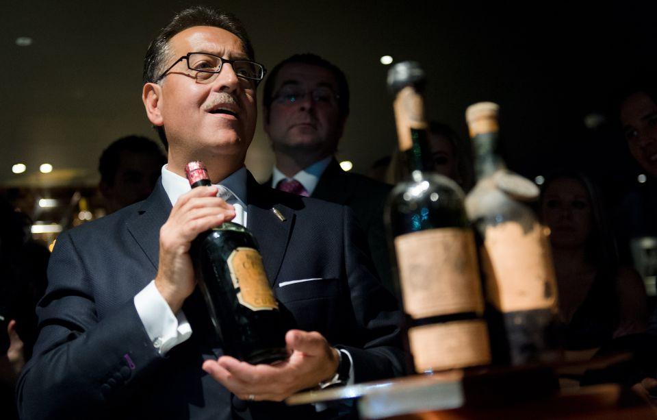 Alcohol, Drink, Wine, Event, Wine bottle, Bottle, Distilled beverage, Liqueur, Champagne,