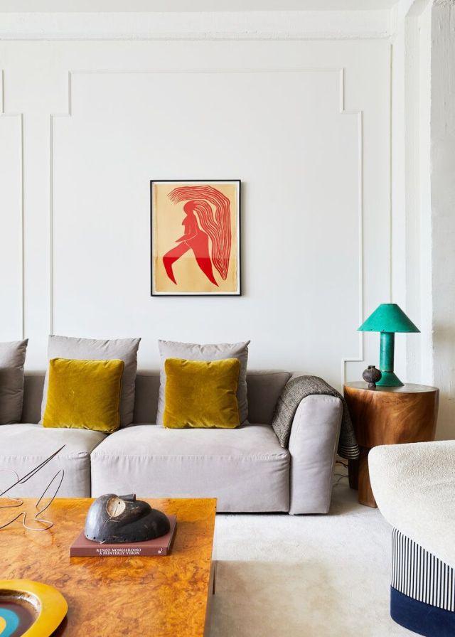 sala de estar con sofá gris