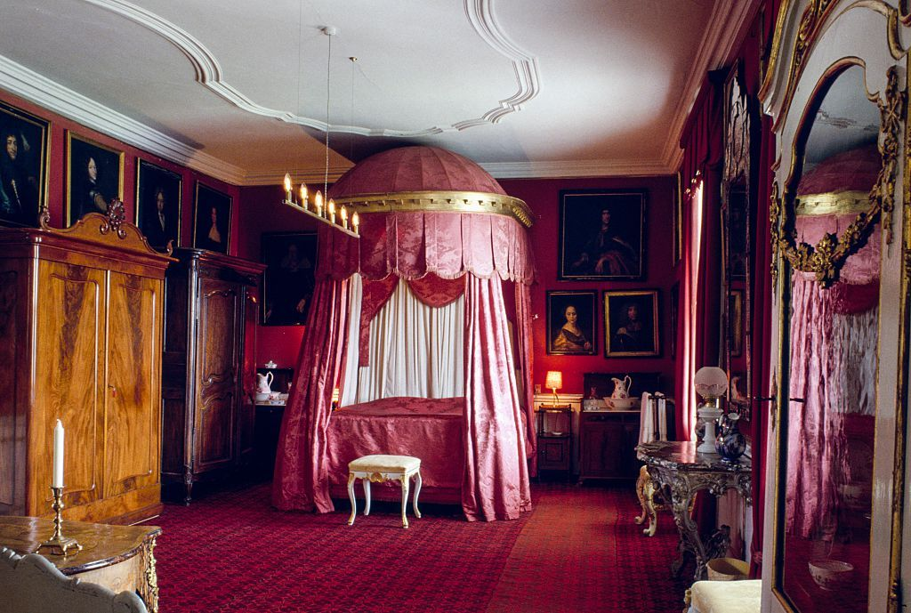 13 of the most iconic canopy beds of