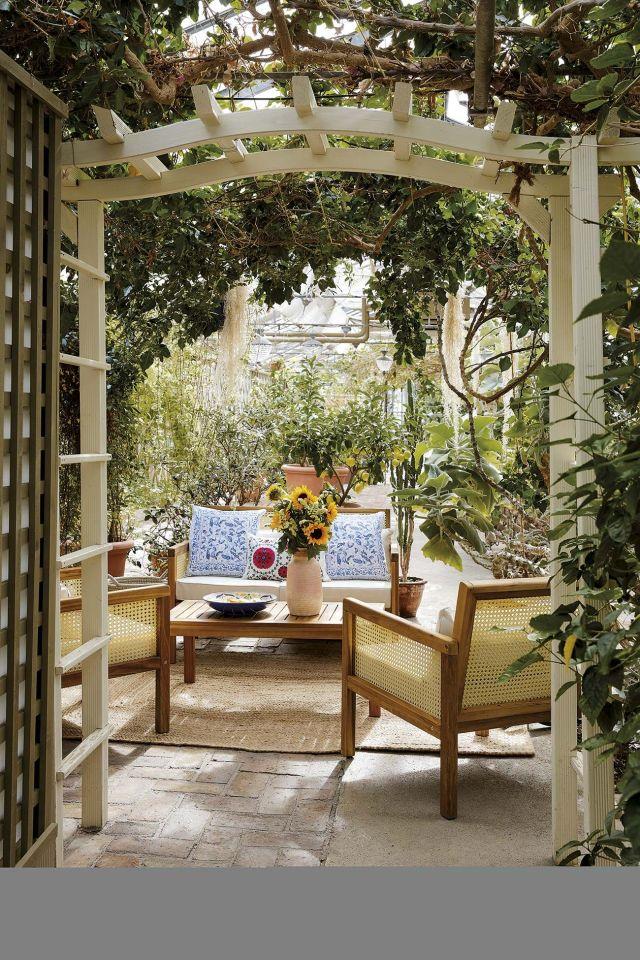 un salón en el jardín