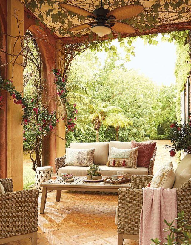 muebles de jardín sofá de mimbre en el porche