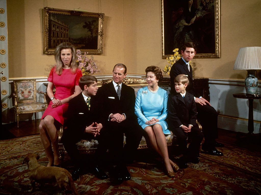 Body Language Experts Analyze Queen Elizabeth's ...