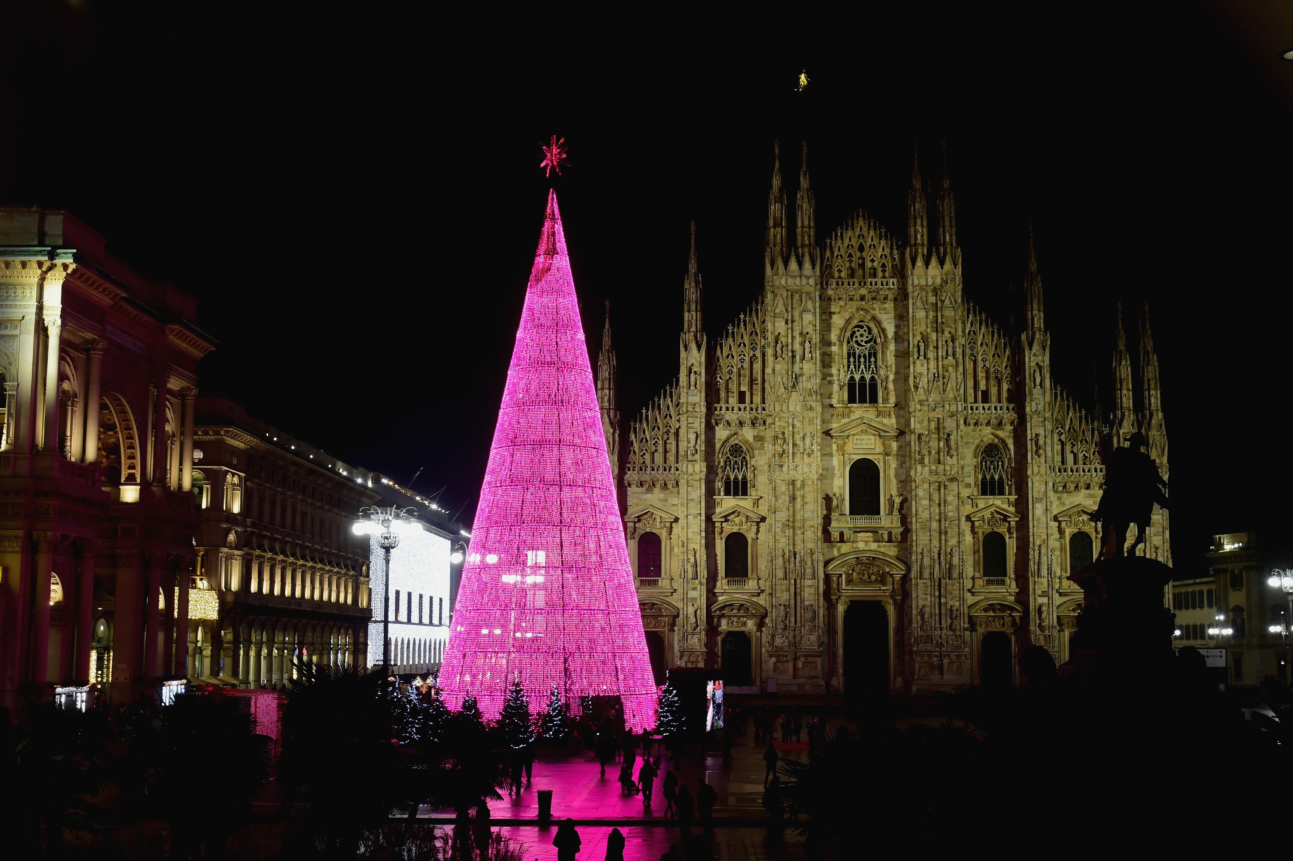 Le città vengono addobbate a festa con decorazioni luminose e abeti. Le Luminarie Di Natale Piu Belle D Europa Tra Luccichii E Qualche Riflessione