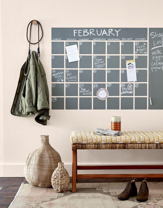 trên tường bằng sơn phấn vẽ lưới lịch