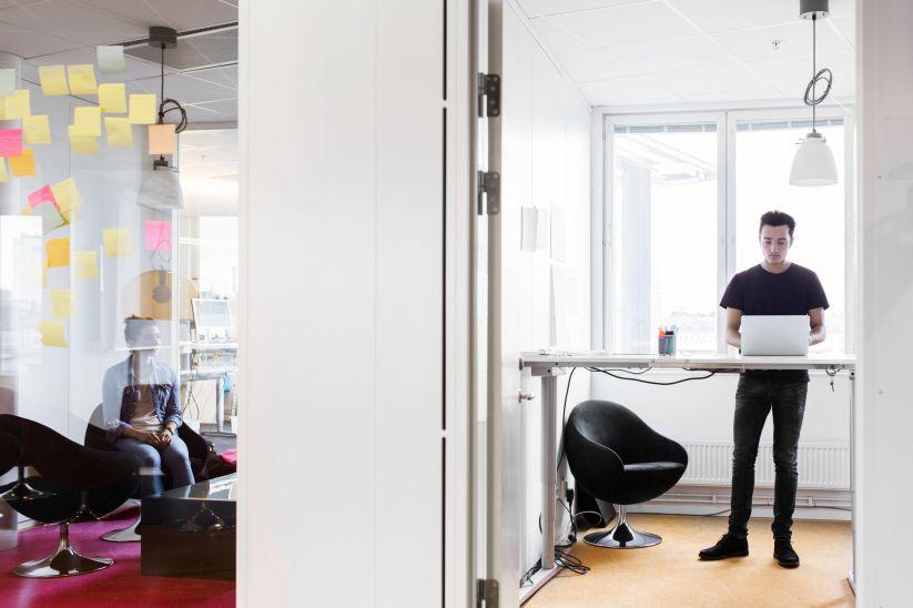 Hombre trabajando de pie en la oficina