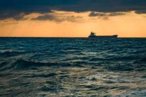 貨物船と海