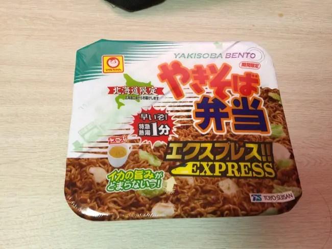 お湯を入れて1分でやきそば弁当!?『北海道限定 やきそば弁当 エクスプレス』!!